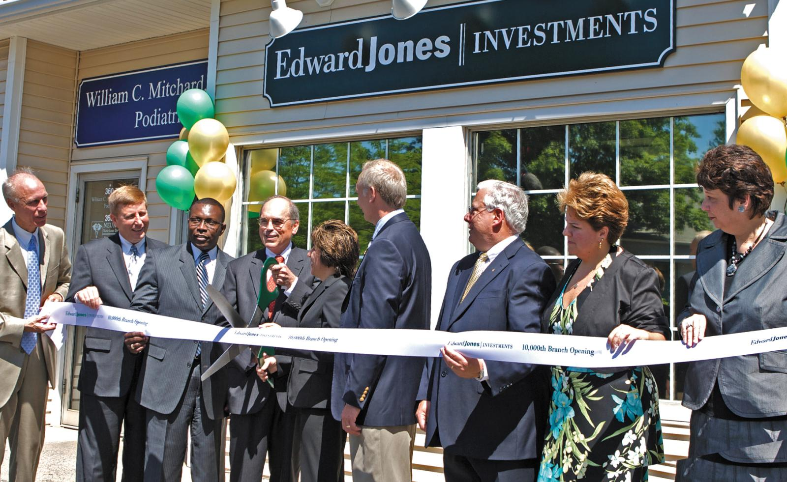 Photograph of John Bachmann opening the 10,000th branch office in 2008.